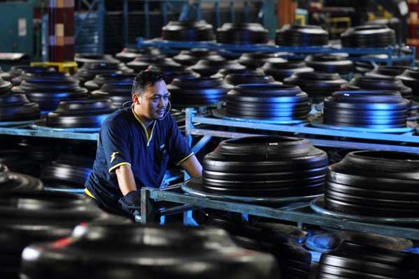 KINERJA PRODUKSI : Utilitas Pabrik Ban Mengempis