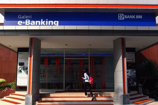 Nasabah berjalan menuju galeri e-banking Bank BRI di Jakarta, Selasa (12/9). - JIBI/Dwi Prasetya
