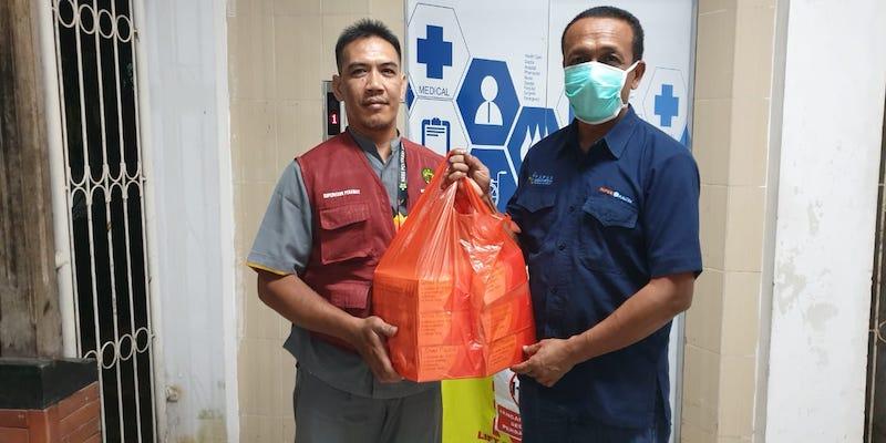 Kepala Kantor Perwakilan Kalimantan Timur Yohanes Arief Hariyanto (kanan) menyerahkan bantuan extra fooding kepada petugas rumah sakit./JIBI-Istimewa