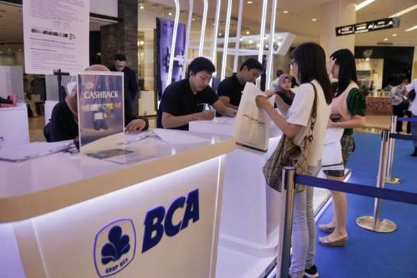 Pegawai bank Asia Tengah melayani nasabah di Jakarta pada Jumat (23/2/2018).  - GB / Felix Jodi Kinarwan