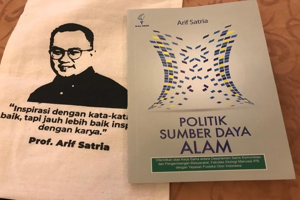 Buku karya Arif Satria berjudul 'Politik Sumber Daya Alam'