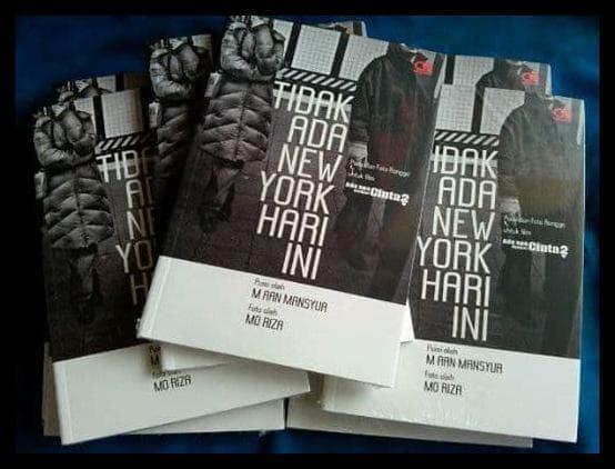 'Tidak Ada New York Hari Ini' karya Aan Mansyur yang merupakan buku kumpulan puisi dari film Ada Apa Dengan Cinta 2