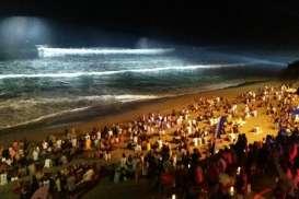 Ada Aksi Selancar Malam di Pantai Berawa Bali