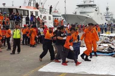 Musibah Lion Air JT 610: 2 Kantong Berisikan Potongan Tubuh KorbanDiturunkan dari Kapal KPLP 356