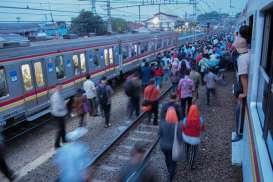 KRL ke Bekasi Gangguan, Penumpang Berjejal di Manggarai