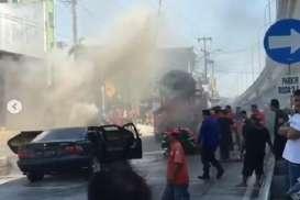 Mobil Terbakar di Flyover Palur Dipadamkan dengan Truk Molen