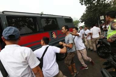 Foto-foto Polisi Tangkap Massa Unjuk Rasa di Senayan
