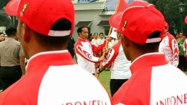 Di Bawah Rintik Hujan, Jokowi Lepas Kontingen Sea Games ke Filipina