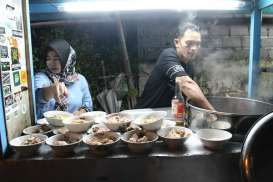 Penjual Sup Ayam Beromzet Rp80 Juta Sebulan ini Warungnya hanya Kaki Lima