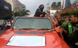 Wanita Bermasker ini Bagi-Bagi Duit di Atas Mobil Hummer untuk Baksos Corona