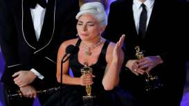 Viral, Lady Gaga Berikan Jaket Kulit Kepada Fans
