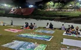 Warga Jakarta Nikmati Pemandangan Limbah Deterjen Mirip Salju di Banjir Kanal Timur