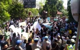 Protes Pernyataan Politisi Nasdem, Santri di Cirebon Geruduk Kantor DPRD
