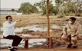 Prabowo Unggah Foto Sebangku Berdua dengan Jokowi di Tepi Sawah Pulang Pisau Kalteng