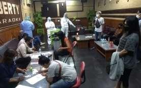 Ratusan Pekerja Hiburan Malam di Cirebon Ikuti Tes Swab Massal