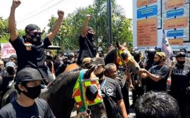Naik Kuda, Bajo Calon Lawan Gibran Mendaftar ke KPUD Solo