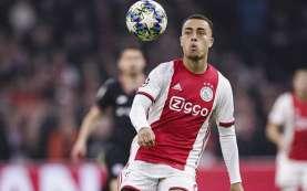 Barcelona Semakin Dekat dengan Bek Ajax Amsterdam Sergino Dest