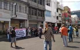 Buka Tutup Jalan, Ratusan Pedagang Pasar Baru Protes Penghasilannya Menurun