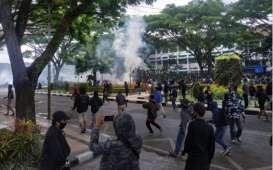 Demo Omnibus Law di Malang Ricuh, 4 Mobil Satpol PP Dirusak