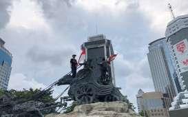 Demo Tolak UU Cipta Kerja: Heboh, Dua Remaja Panjat Patung Kuda dan Pasang Bendera Merah Putih