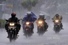Cuaca Jakarta 24 Oktober, Hujan Disertai Kilat dan Angin Kencang