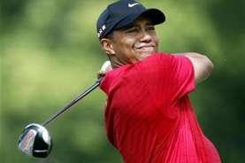 Hormati Tiger Woods, Pegolf Ramai-ramai Berpakaian Merah Hitam