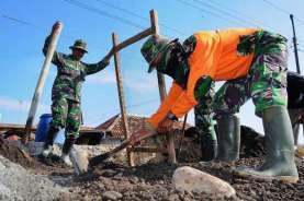 Personel TNI Manunggal Bangun Jalan Beton di Kampung Draham