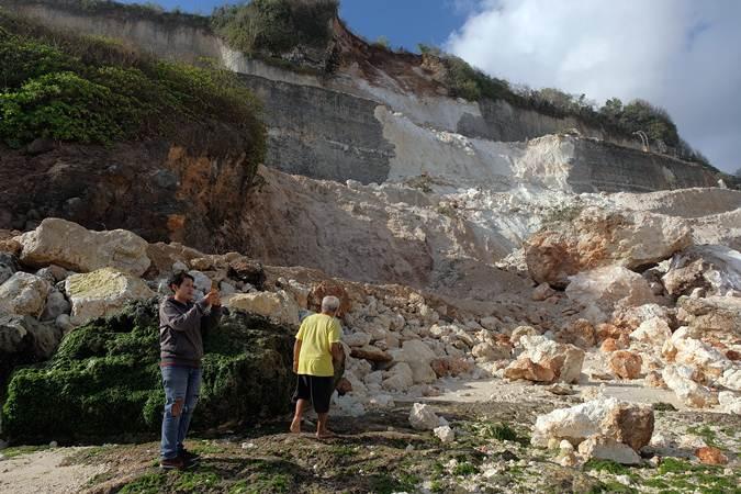 Gempa Bali, Tebing di Pantai Melasti Runtuh