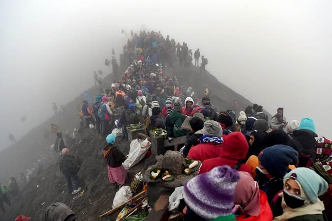 Suasana Upacara Yadnya Kasada di Gunung Bromo