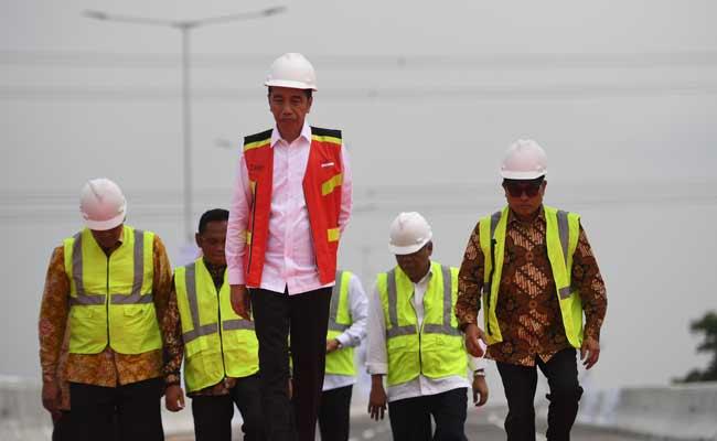 Meresmikan Jalan Tol Layang Jakarta-Cikampek