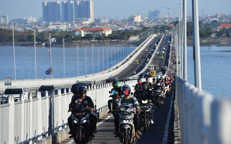 Jembatan Suramadu Dipadati Pemudik Bermotor Yang Menuju Madura