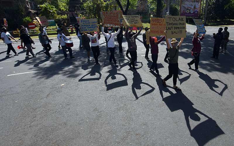Walhi Bali Gelar Aksi Tolak Alokasi Tambang Pasir Laut