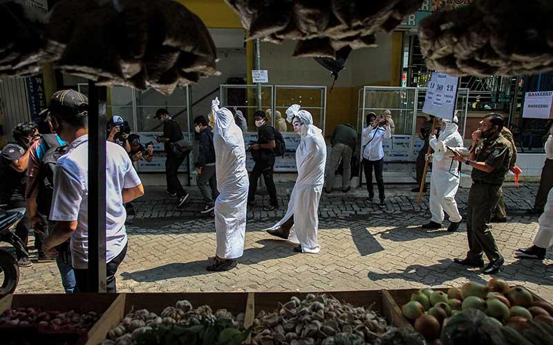 Satpol PP Kota Tangerang Gunakan Kostum Hantu Pocong Saat Sosialisasikan Protokol Kesehatan