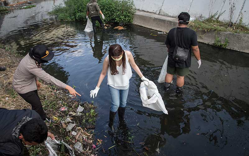 Pelanggar Protokol Kesehatan di Solo Jawa Tengah Dihukum Membersihkan Sungai