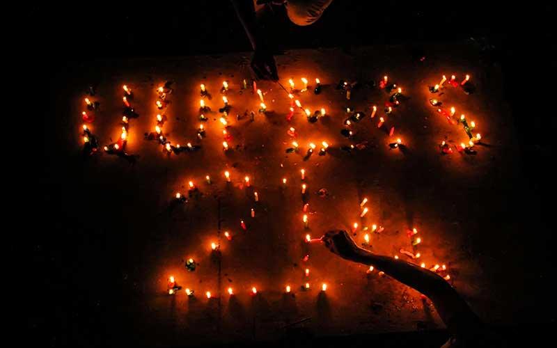 Jurnalis di Aceh Menyalakan Lilin Saat Peringatan 21 Tahun Lahirnya UU Pers