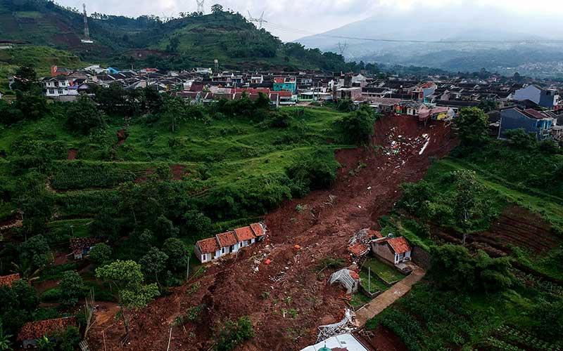 Tim SAR Gabungan Masih Mencari 24 Korban Yang Tertimbun Tanah Longsor di Sumedang