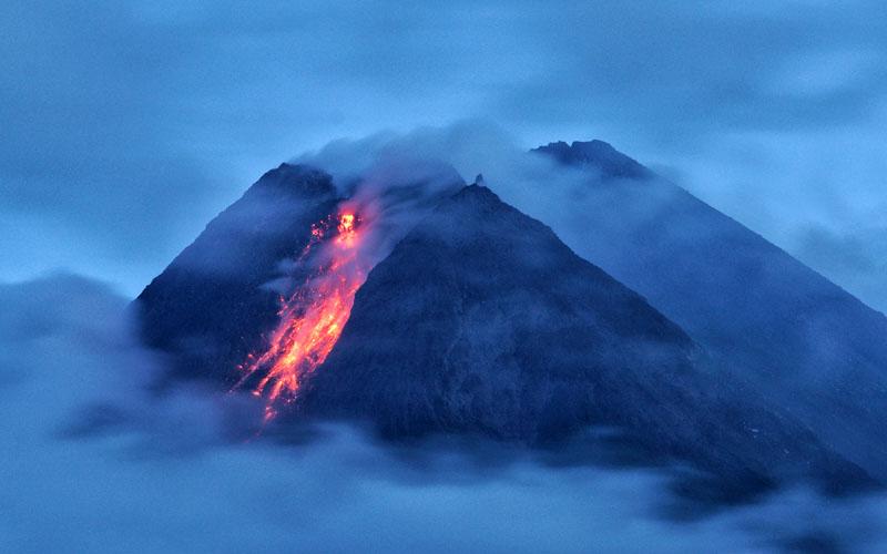 Gunung Merapi Kembali Mengeluarkan Awan Panas