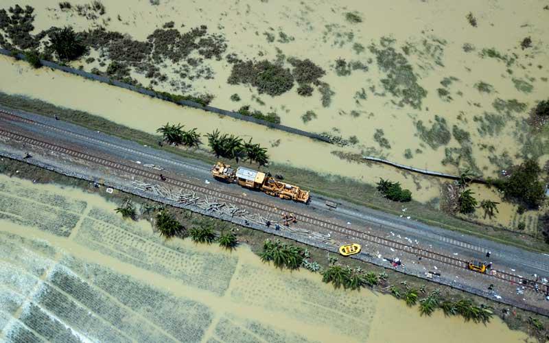 Jadwal Kereta Jarak Jauh Dibatalkan, PT KAI Masih Memperbaiki Rel Yang Terendam Banjir