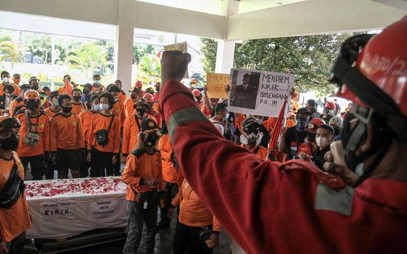 Relawan Covid-19 Gelar Aksi Unjuk Rasa di Gedung DPRD Bantul