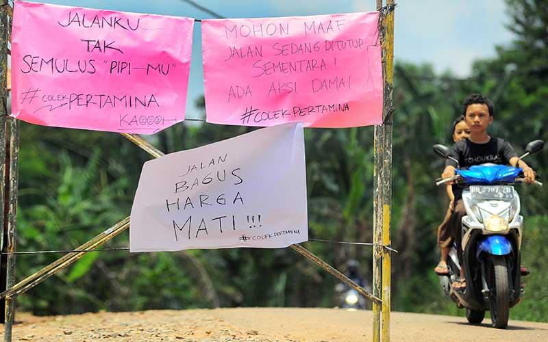 Warga Menutup Akses Jalan Masuk Pemukiman di Kawasan Sumur Minyak Kenali Asam (KAS) Pertamina EP Asset 1 Jambi Field