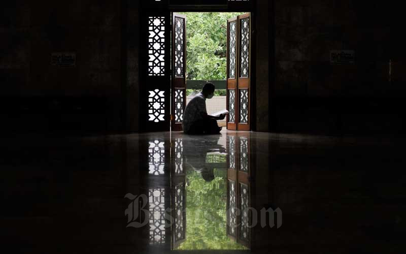 Umat Muslim Manfaatkan Waktu Luang Saat Ramadan Untuk Tadarus di Masjid