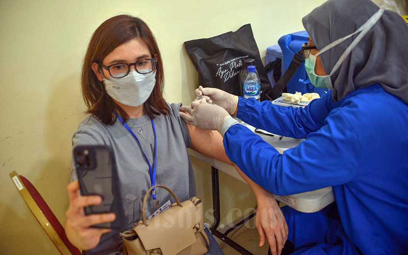 Warga Berusia 18+ Mulai Ikuti Program Vaksinasi Covid-19