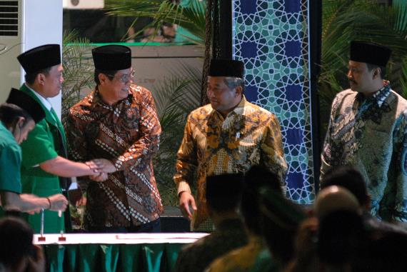 Dirut BNI Gatot M. Suwondo (kedua kiri) berjabat tangan dengan Ketua Umum GP Ansor Nusron Wahid (kiri) disaksikan Mendikbud Mohammad Nuh (kedua kanan) dan Wakil Gubernur Jatim Saifullah Yusuf (kanan) seusai menandatangani nota kesepahaman pada peringatan Hari Lahir ke-80 Tahun Gerakan Pemuda Ansor (GP Ansor) di Surabaya, Jatim, Sabtu (4/1/2014) malam. PT Bank Negara Indonesia (Persero) Tbk. memperluas dan mengembangkan financial inclusion melalui kerja sama dengan pesantren di Indonesia.  - antara