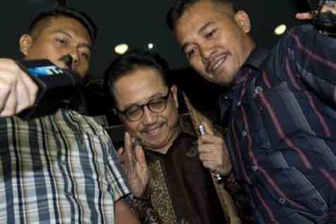 Sekjen ESDM Waryono Karno (tengah) - Antara