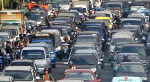 para sopir truk dan mobil pribadi memilih mematikan mesin kendaraan dan berjalan-jalan di sekitar mobilnya yang terjebak macet.  - Bisnis