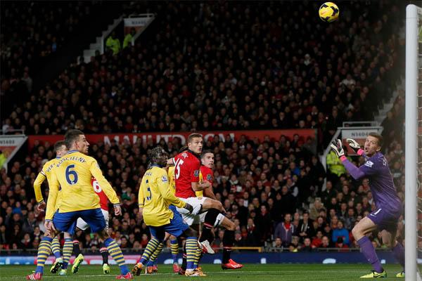 Peluang emas untuk Arsenal terjadi pada menit ke-60 ketika bola sundulan bek Laurent Koncielny berhasil mengecoh penjaga gawang United namun Antonio Valencia yang berdiri tepat di bawah mistar gawang berhasil menyapu bola tersebut.  - bisnis.com