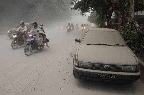 Gunung Kelud meletuskan akibatkan hujan abu - Antara