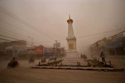 Abu Vulkanik Gunung Kelud Guyur Yogyakarta - Jibi