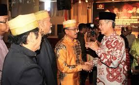 Gubernur Kepulauan Riau Muhammad Sani (kanan)