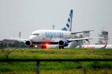 Pesawat maskapai Express Air siap lepas landas dari Bandara Husein Sastranegara Bandung, Jawa Barat, Minggu (16/2/2014). Akibat Bandara Adisucipto masih ditutup, penerbangan Bandung-Yogyakarta masih dibatalkan. - Jibiphoto/Rachman